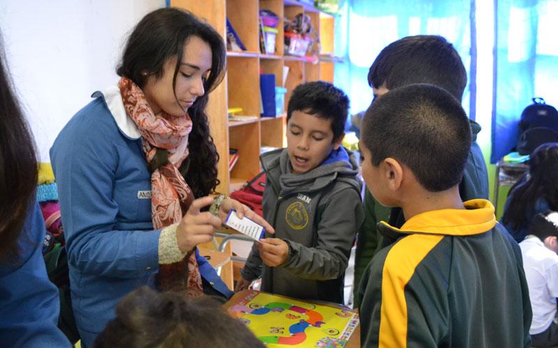 Estudiantes de Educación Diferencial apoyaron habilidades de lectura y escritura de alumnos de escuela rural