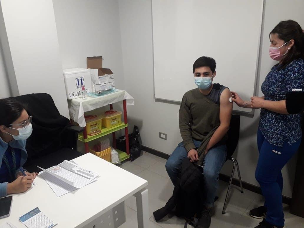 Jóvenes tomasinos se vacunan contra el Covid-19