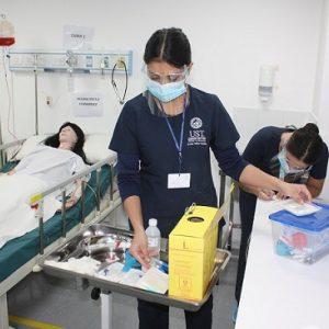 Estudiantes de Enfermería en Hospital Simulado UST Santiago