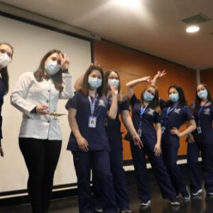 Estudiantes de Enfermería de la UST Los Ángeles reciben los símbolos de la profesión
