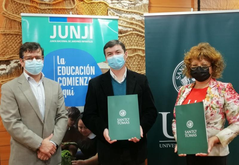 JUNJI Arica y Universidad Santo Tomás actualizan convenio de cooperación